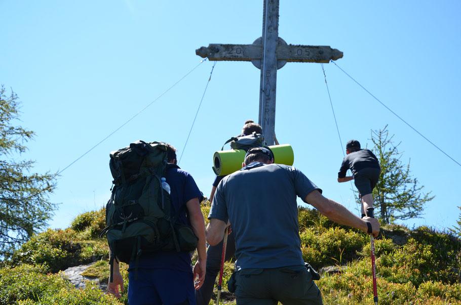 Urlaub Vater Sohn Wochenende Tirol  Kitzbühel Vater Sohn Männers Natur Mut Überwindung Spannung Gipfel Kreuz Erreichen Stolz