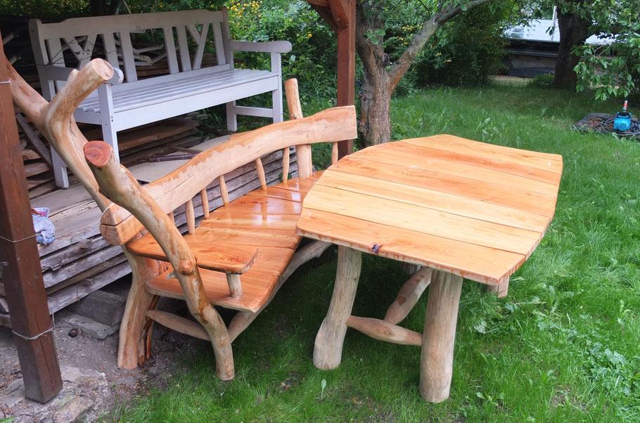 Große Gartenbank mit Tisch aus Robinie