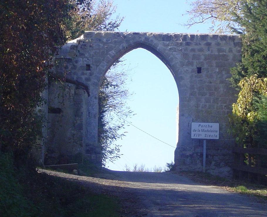 Le Porche de la Madeleine à Ladevèze-Ville Gers Rivière Basse Gascogne