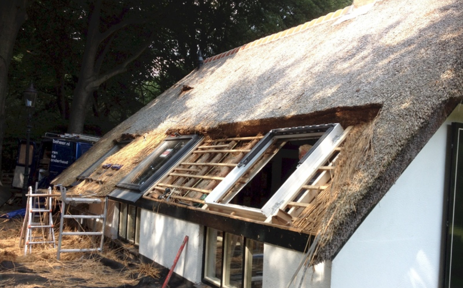 Rietdekker vierhouten dakraam velux in bestaand rieten dak