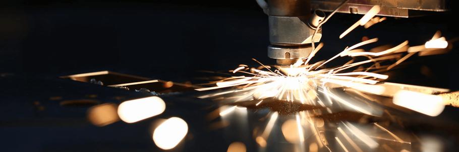 Ein Laser der gerade ein Stück Metall graviert -lasergravur steiermark