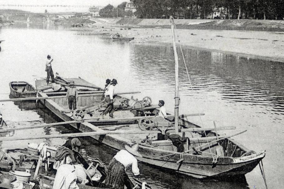 Dans le port de Dax, une galupe est en déchargement à proximité immédiate des lavandières. On distingue nettement, sur l'avant, le mât de chirgue destiné au halage.