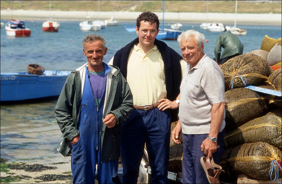 Porspaul, Lampaul-Plouarzel, 1993. Enquête de terrain. Yann Riou entouré de Feñch Mocaër, ancien goémonier, et de Jo Kerebel, ancien gabarier. Cliché de Michel Thersiquel.