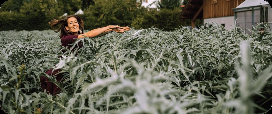 Ariane schmitt - fée nouille qui plonge dans les cardons du GAEC le bouquet savoyard à Sevrier