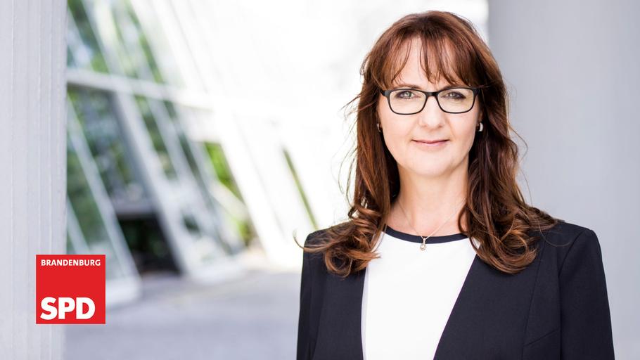 """Portrait Katrin Lange mit Logo """"SPD Brandenburg"""""""