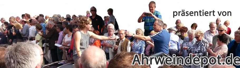 Das Publikum feiert die neue Ahrweinkönigin mit Ahrwein vom Ahrweindepot. Pfingstweinmarkt in Ahrweiler. Das erste Weinfest des Jahres an der Ahr.