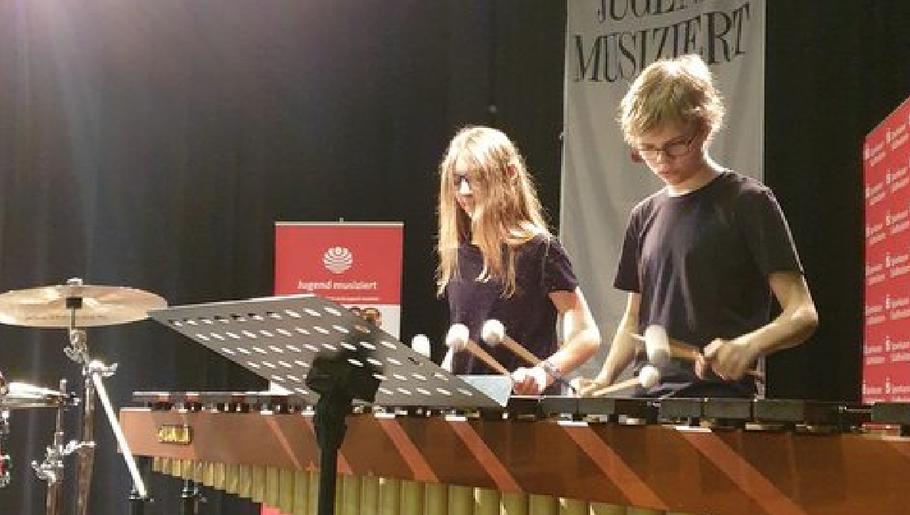 """In diesem Konzert werden sich auch die frischgebackenen Landessieger """"Jugend musiziert"""" im Bereich Schlagzeug-Ensemble, Christine Hesse und Linus Demmig, vorstellen"""