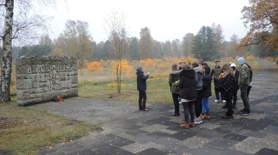 Schülergruppe bei der Kranzniederlegung in der Gedenkstätte Bergen-Belsen
