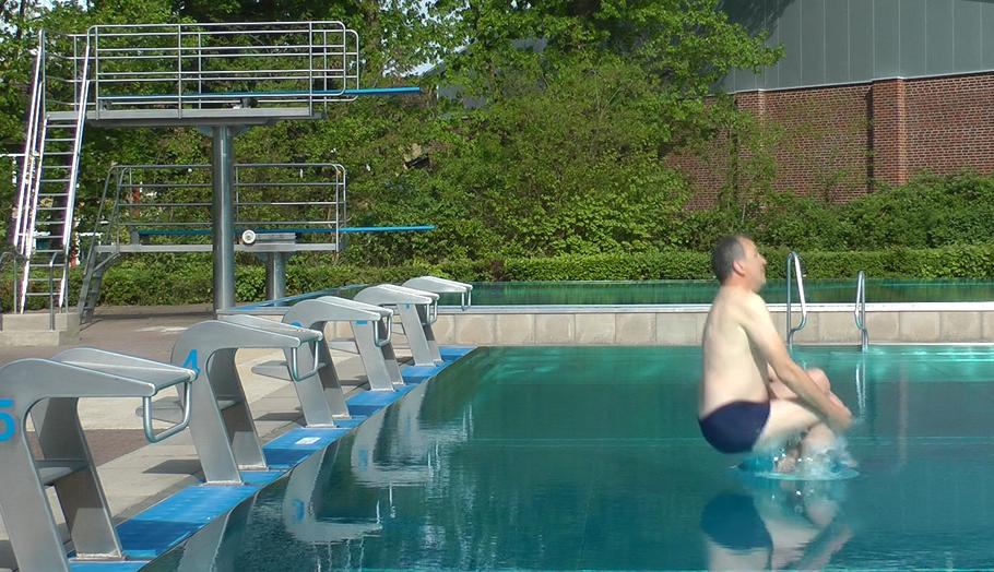 Mit einer klassischen Sprungvariante eröffnete Fachbereichsleiter Uwe Scharpenberg die Quickborner Freibadsaison