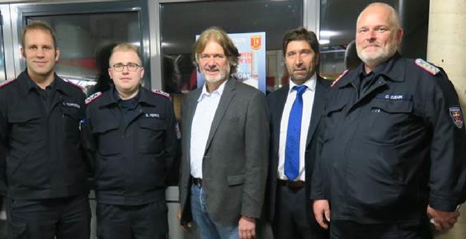 Arved Fuchs (Mitte) kam auf Einladung des Lions Club Quickborn, rechts neben ihm Präsident Robert Hüneburg. Die Kameraden von der Feuerwehr (v.l.n.r. Schröder, Fehrs, Dähn) freuen sich über die Einnahmen zu Gunsten der Jugendfeuerwehr.