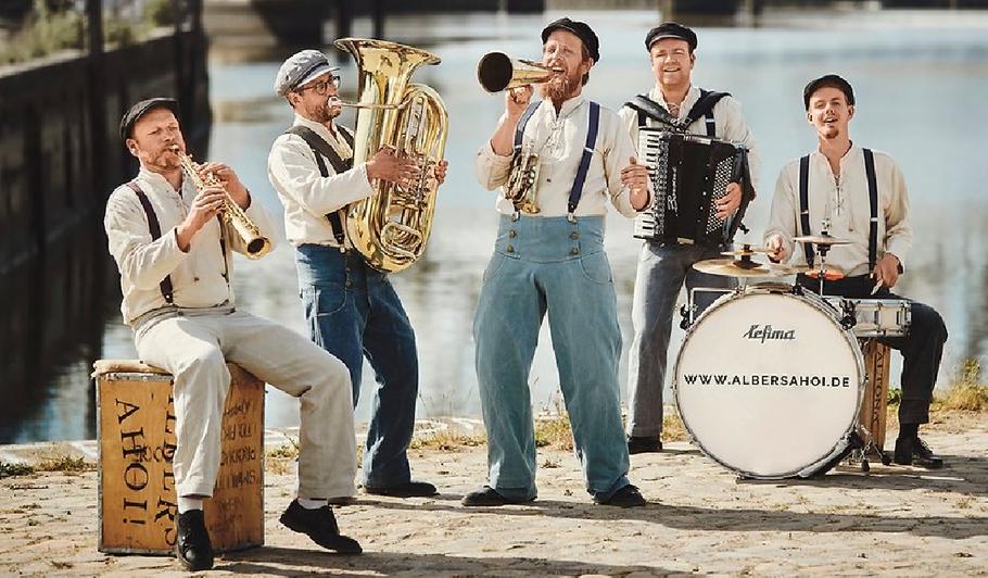 "Kommt nach Quickborn: das Ensemble ""Albers Ahoi!"" (Foto: Screenshot Website)"