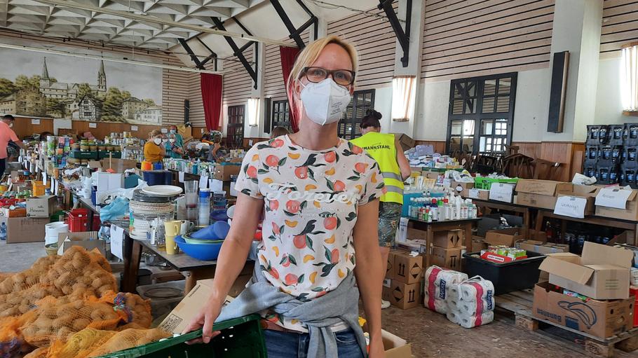 Eva Keller brachte mit einem VW-Transporter die Spenden aus Quickborn in das Sammelzentrum in Odendorf