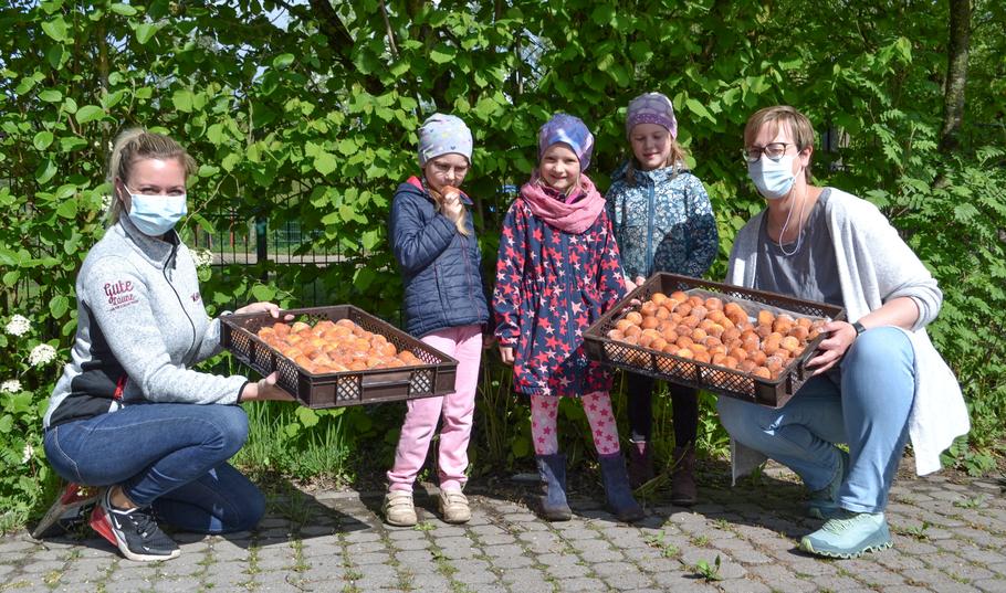 Kinder der Kita Wilde 13 und Betreuerin Annika Holmer nahmen das süße Dankeschön von Julia Neuendorf (links) von der Bäckerei Kolls entgegen (Alle Fotos: Johanniter)