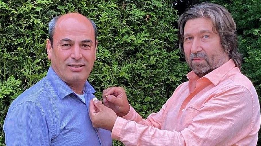 Past-Präsident Robert Hüneburg heftete Patan Yusufi die Präsidenten-Nadel ans Revers