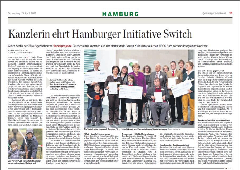 Zeitungsartikel mit Bild. Hourvash Pourkian nimmt für Switch die Urkunde von Kanzlerin Angela Merkel entgegen.