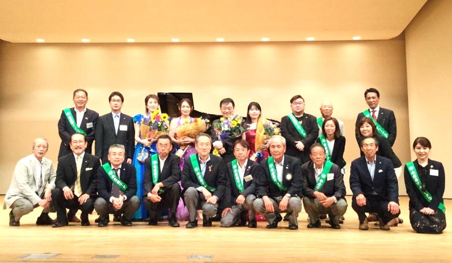 本庄南ロータリークラブのメンバーの集合写真の画像