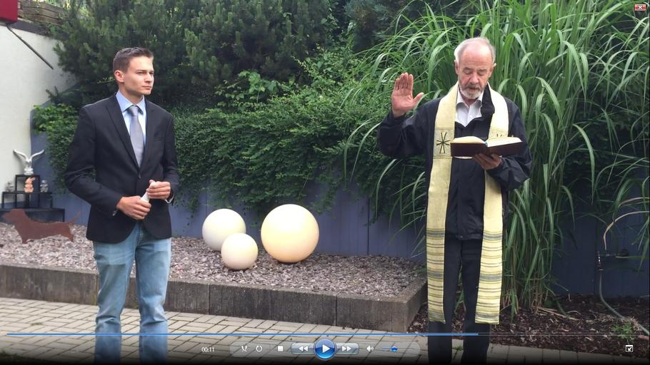 Pfarrer Eckert bei der Segnung. Dr.Urs Andermatt wartet mit der Sektflasche auf die Taufe.