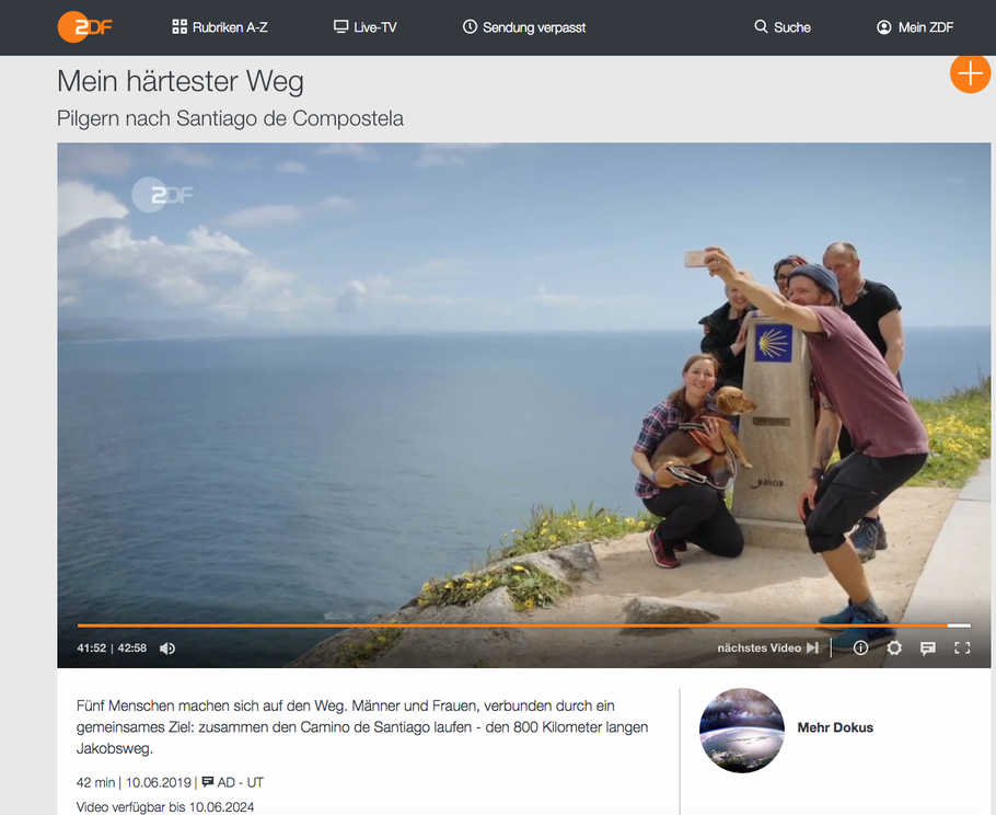 "Quelle: ZDF-Mediathek, Screenshot ""Pilgergruppe in Finisterre vor dem Leuchtturm""."