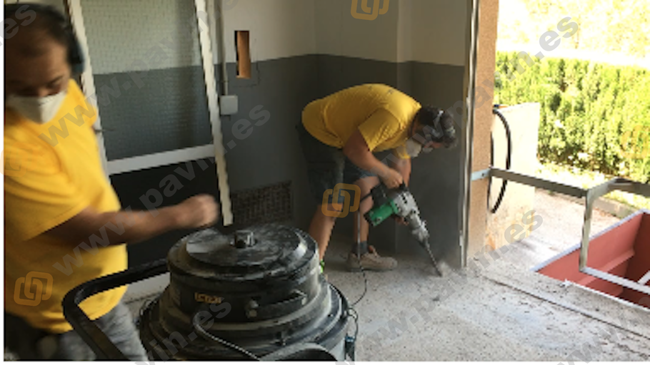 Detalle de la preparación del pavimento de hormigón para la regularización de un muelle de carga aplicado por Grupo Pavin