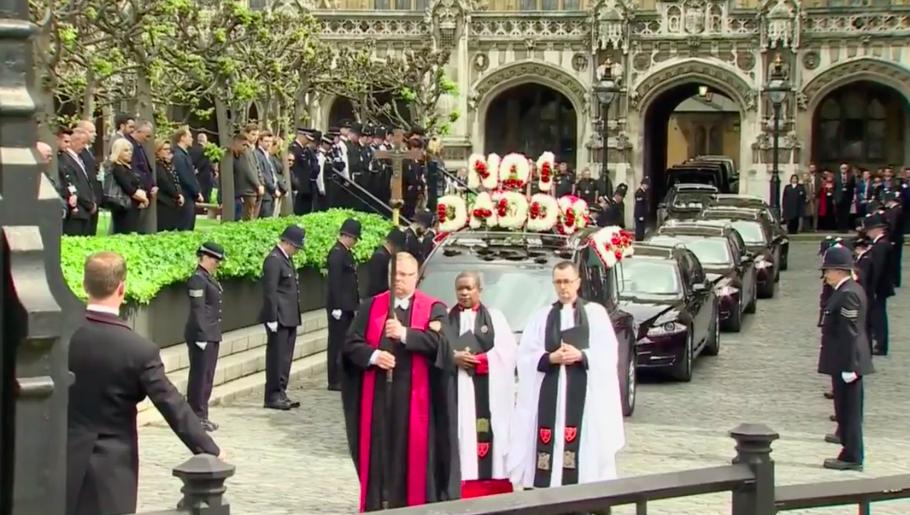 国会議事堂の中の教会St Mary Undercroftから棺が運び出される。(5歳の子供の)「No 1 Daddy」と花輪で書かれる霊柩車。