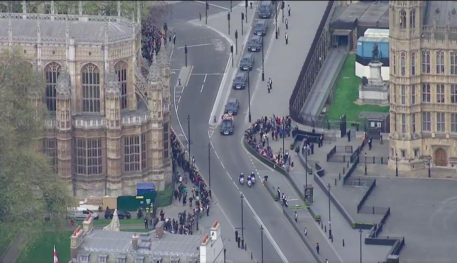 ヘリコプターからの様子。右が国会議事堂、左がウェストミンスター寺院。サゾーク大聖堂(Southwark Cathedral)へ向かう