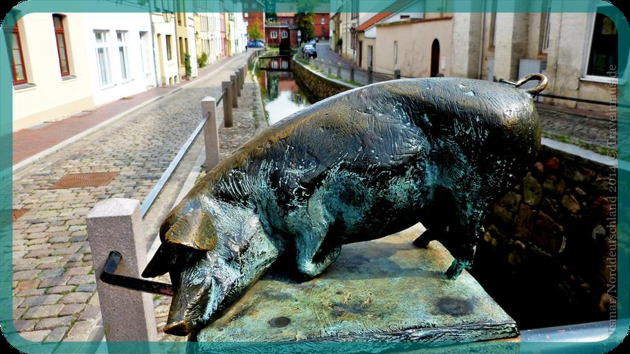 ...eins von 4 Schweinen auf der Schweinsbrücke in Wismar.