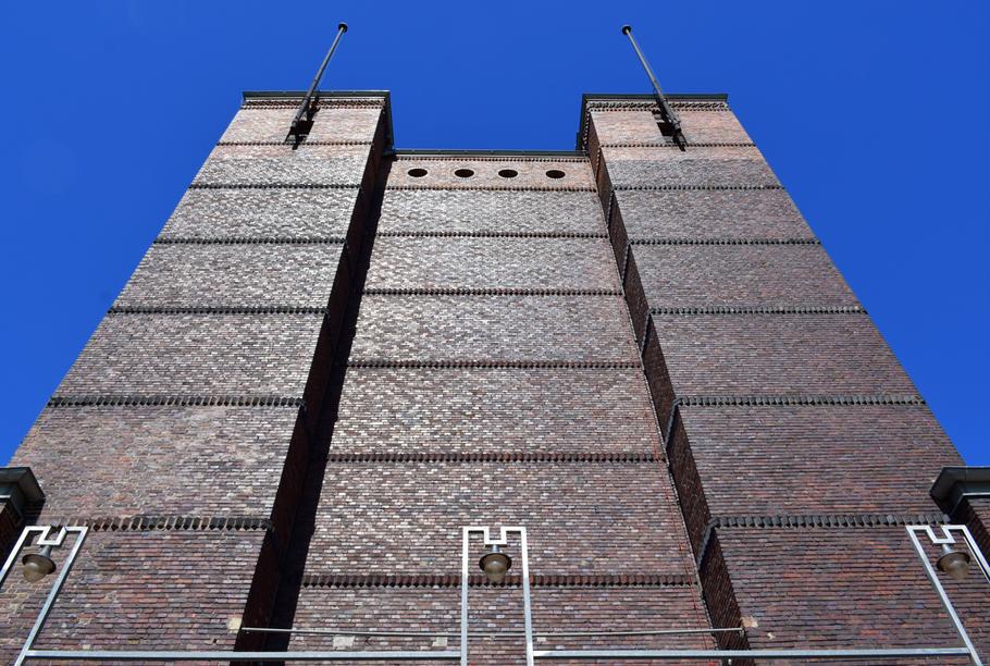 oberer Bereich des Portals der Stadthalle Magdeburg
