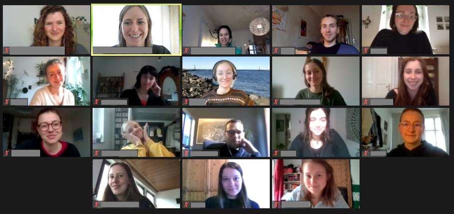 """""""Nein zu Klassismus"""" - Screenshot vom digitalen Workshop, auf dem alle Teilnehmenden je einen Buchstaben in die Kamera halten"""