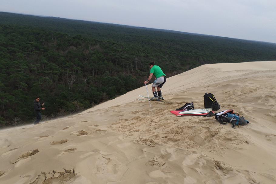 La pente très raide côté forêt inspire visiblement les amateurs de sport de glisse !
