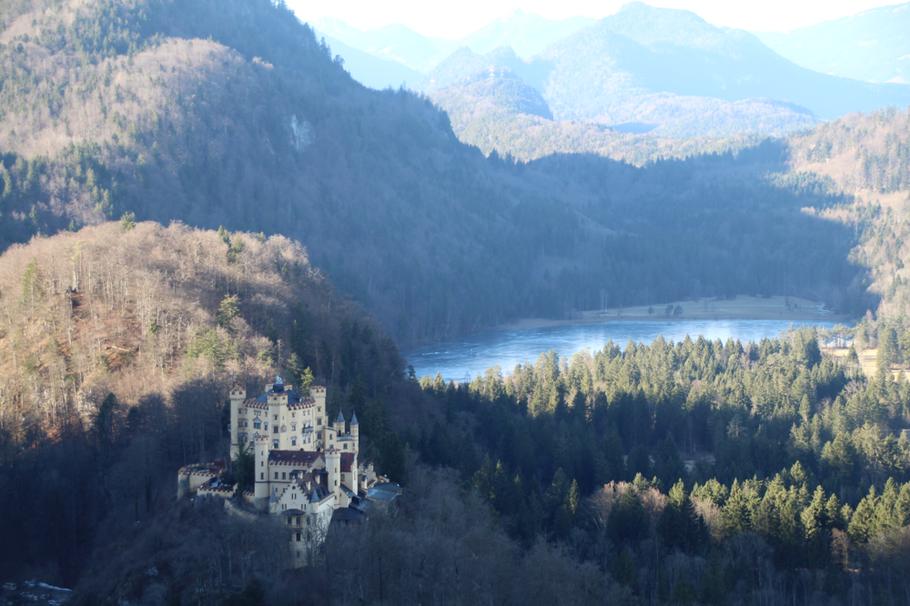 Das Schloss Hohenschwangau und der Schwansee im Hintergrund