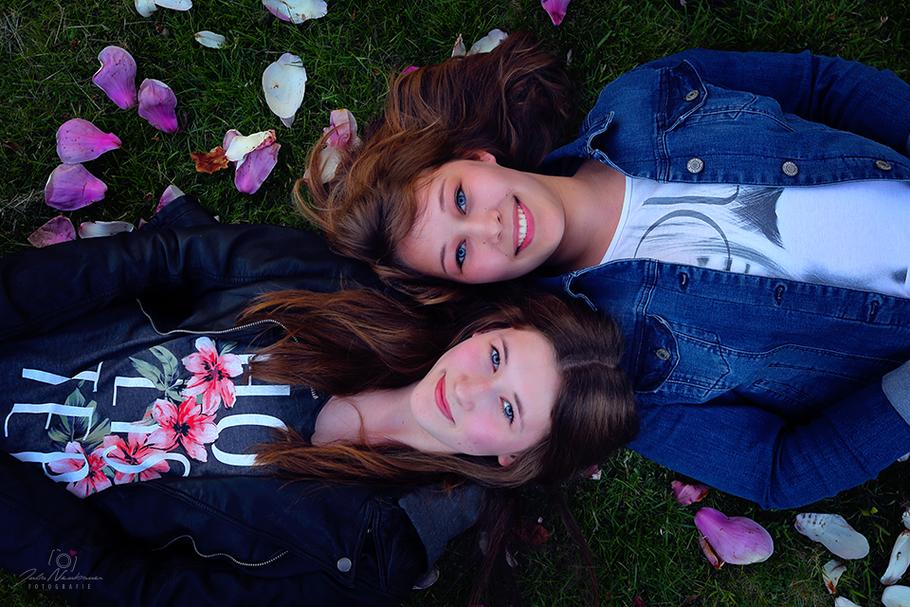 Portrait, Schwestern, Geschwister, outdoor, Julia Neubauer Fotografie
