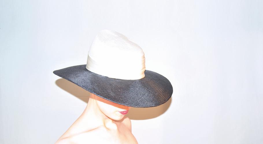 Hüte Kopfschmuck Sisol Stroh schwarz weiss breite Krempe Hochzeiten I LIKE HATS Marie Josephine Bouquet