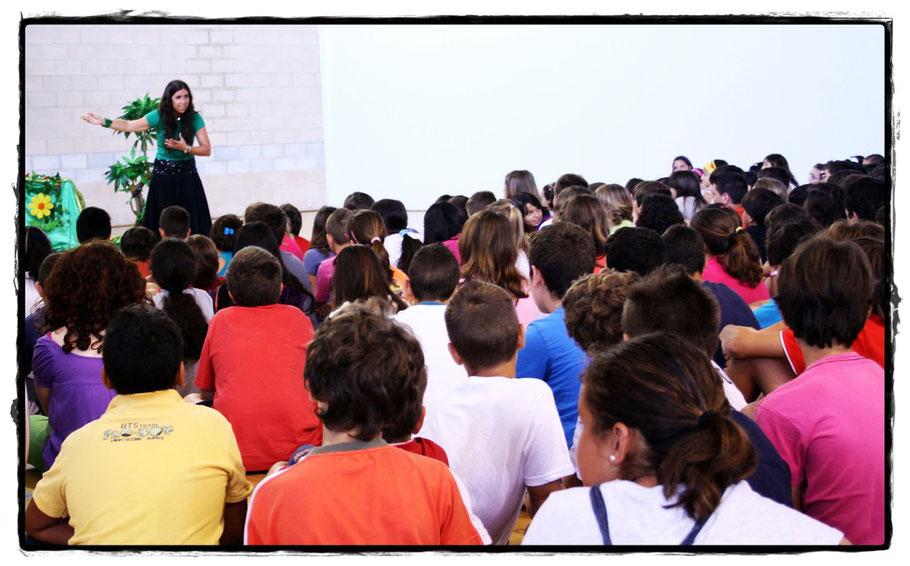 Alicia Acosta narrando para alumn@s de 5º y 6º de primaria.