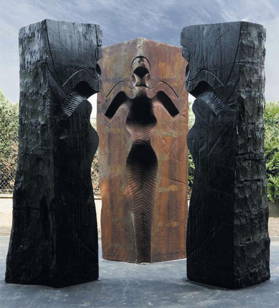 Solitude, 2007, burned wood, cast iron I/I, 400 x 400 x 400 cm, Rond-point Schweitzer, Bagneux © J.-M. Volta