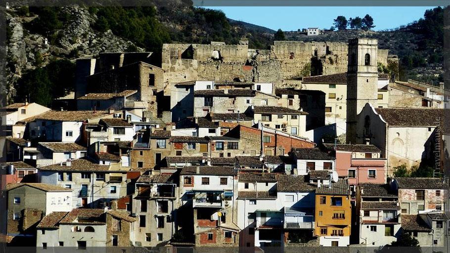 """Planes ist bekannt als """"Stadt der Kirschen"""", ein hübsches Dörfchen mit einer städtischen Struktur und steilen Straßen, die hinauf zur Burg führen."""