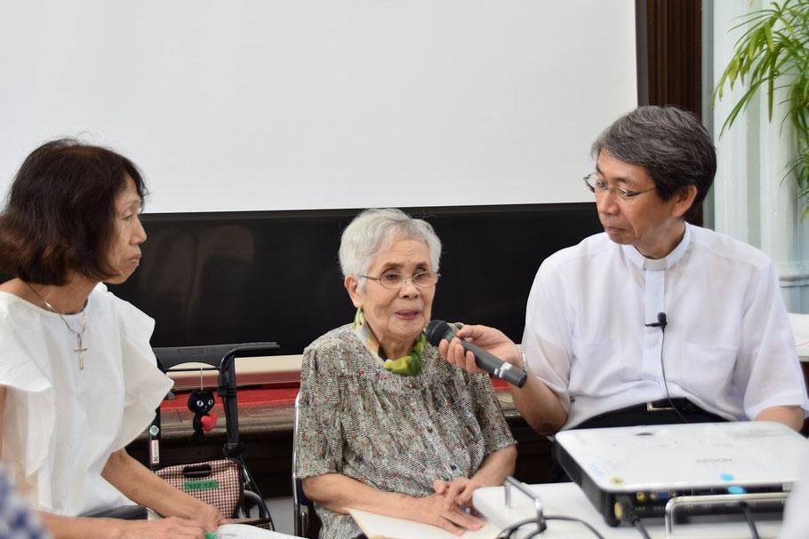 2017年8月6日 平和聖日インタビューのひとこま。インタビューを受けて下さったのが真ん中の靖さん。聴き手は左が安佐子さん、右側が森牧師です。