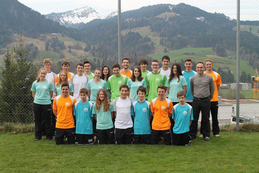 Einige Junioren/innen und Vorstandsmitglieder in den neuen Einlaufshirts zusammen mit Cornel Neff (rechts)