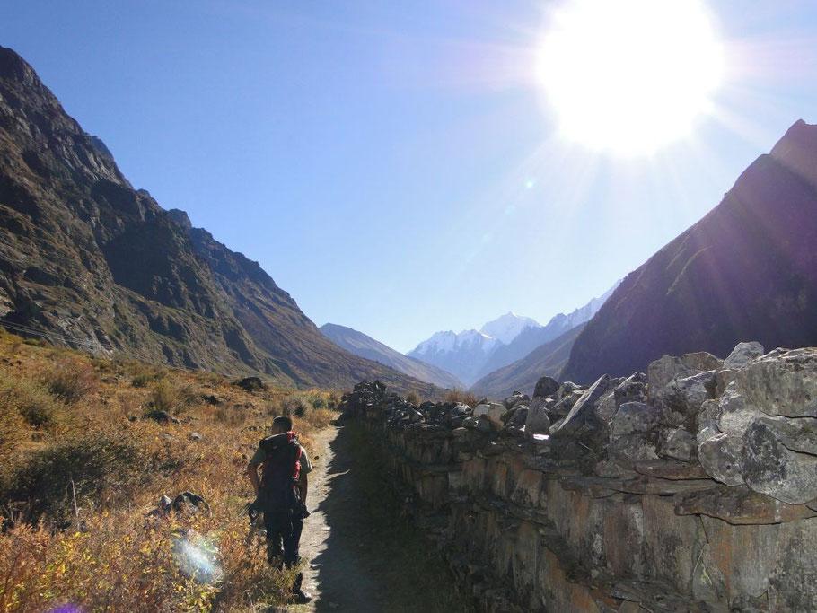 Rückweg an einer Manimauer entlang