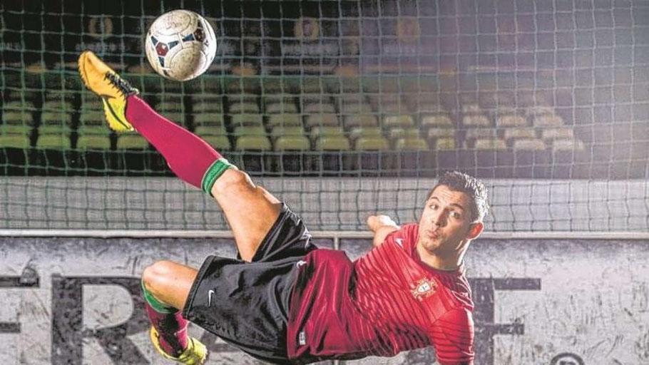 "...und hier die (sehr gute) Fälschung: Ronaldo-Double Athanassios ""Saki"" Kotsabassidis (23)"