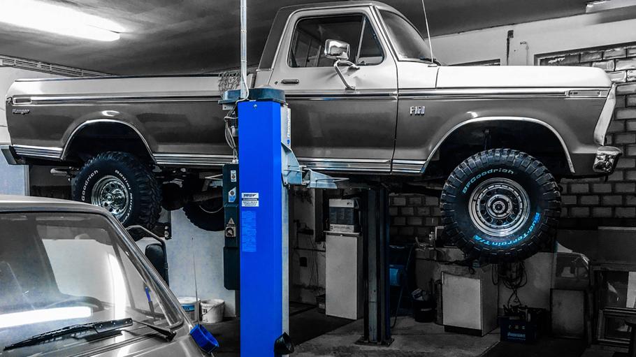 Pickup Oldtimer bei der Rostschutzbehandlung nach dem Trockeneisstrahlen Ford F 150 1976
