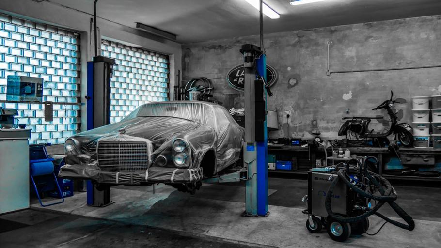 Mercedes 280 SE 3.5 Coupé W111 Oldtimer vor der Unterbodenbehandlung mit Trockeneis (Trockeneisstrahlen) Rostschutzbehandlung München.