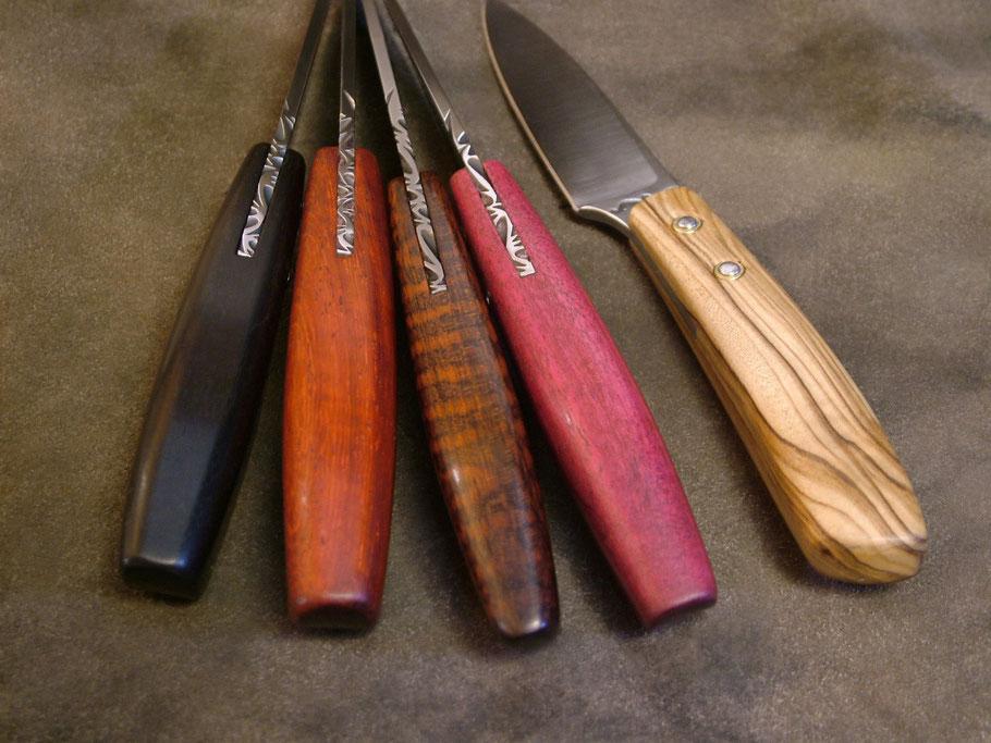 Lames avec guillochage. Manche en bois d'ébène, padouk, amourette, amarante, olivier.