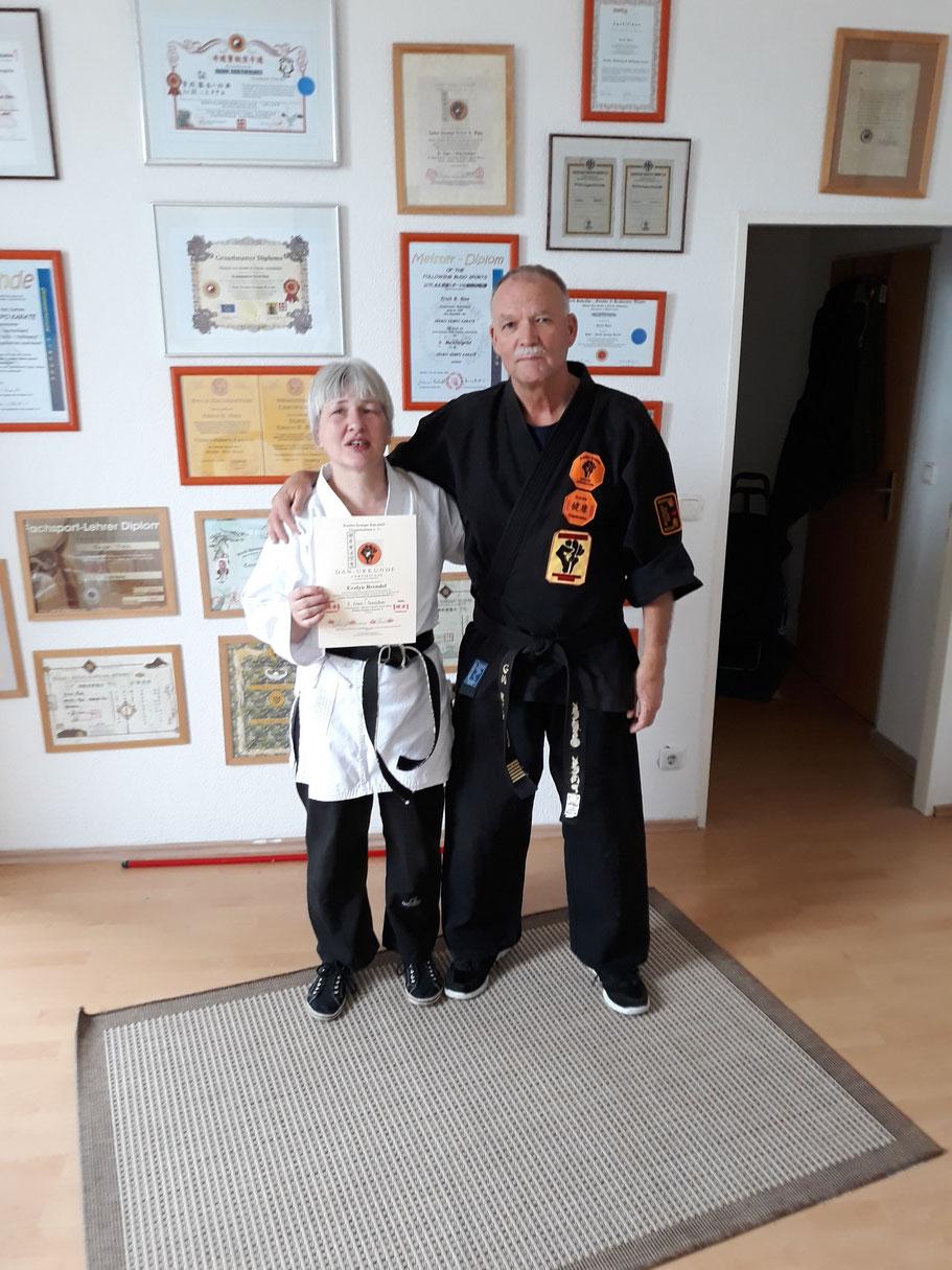 Sensei Evelyn Brendel und GM Erich B. Ries am Ende der Prüfung zum 3. Dan Kenko Kempo Karate