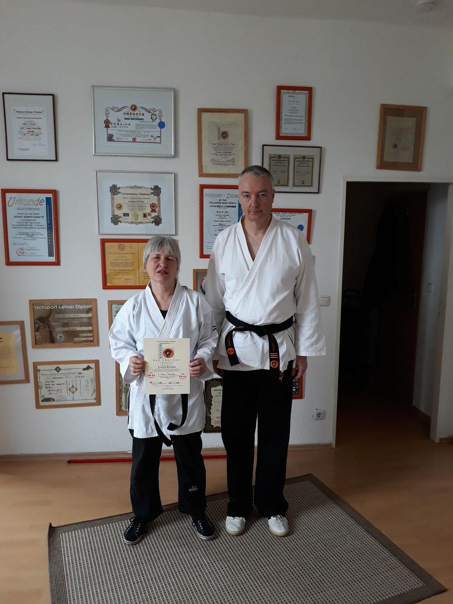 Sensei Evelyn Brendel mit Sensei Wolfgang Roth am Ende der Prüfung zum 3. Dan Kenko Kempo Karate