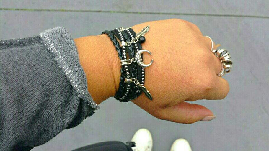 Bracelet manchette LIANG manchette 2 tours, ses perles noires, sa  demi lune et ses plumes, noir et argent