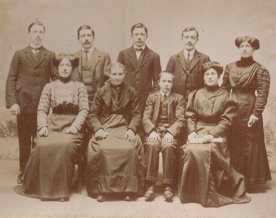 Anno 1912 - Avi da parte materna - Mia nonna Carolina (la prima da destra seduta) con i miei zii e la mia bisnonna