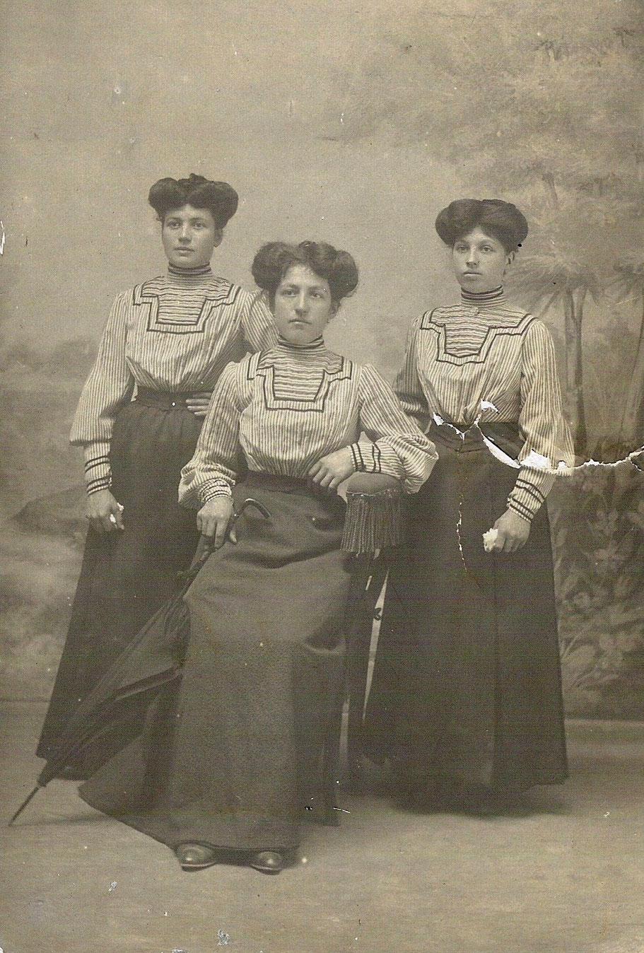 1910 - Nonna Carolina (la prima a sinistra) con le sorelle Erminia e Silvia