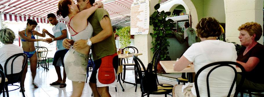 Kubanisches Paar tanzt im Café in Varadero , Farbphoto als Panorama-Photographie