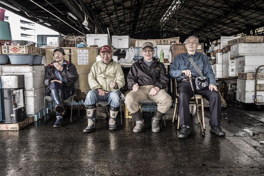 Vier ältere Männer im Tsukiji Fish-Market in Tokyo, Japan als Farbphoto