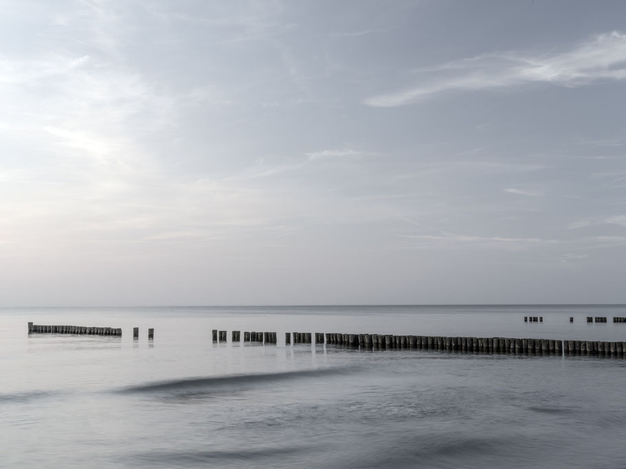 Strand, Meer und Buhnen in Ahrenshoop – Darf – Fischland  als Farbphoto